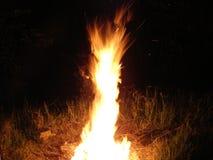Brandspöke som stiger i natten arkivbilder