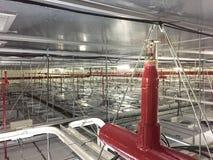 Brandsprenkelinstallatie met rode pijpen op de eenheid van de ventilatorfilter, de Automatische Sproeier van de plafondbrand zond royalty-vrije stock fotografie