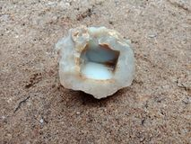 Brandsteen met textuur op het zand geweven behang als achtergrond, strand Oceaan stock afbeeldingen