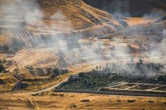 Brandstichting van industrieel pakhuis, het grote rookwolk uitspreiden met wind Massieve die schade op de bedrijfbouw of pakhuis  royalty-vrije stock fotografie