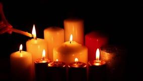 Brandstiftungsverminderung vieler Kerzen stock footage