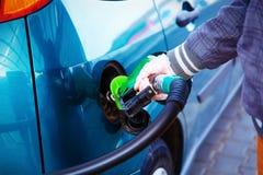 Brandstof van de mensen de pompende benzine in auto bij benzinestation Het concept van het vervoer royalty-vrije stock foto's