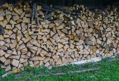 Brandstof voor fornuis het verwarmen thuis en bad Het landelijke Leven Het houten brandhout wordt gelegd in de muren Natuurlijk h stock afbeeldingen
