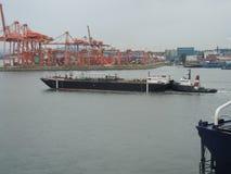 Brandstofaak en Tug Boat royalty-vrije stock fotografie