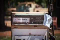 Brandstofpomp bij Drysdale-Rivierpost in binnenland Australië stock afbeeldingen