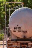 Brandstoftanker met diesel wordt gevuld die stock fotografie