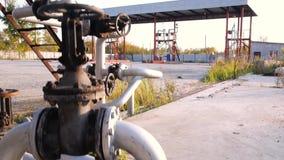 Brandstoftanks op een prairieboerenerf voorraad Oud tanklandbouwbedrijf Het concept van de brandstofindustrie stock video
