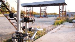 Brandstoftanks op een prairieboerenerf voorraad Oud tanklandbouwbedrijf Het concept van de brandstofindustrie Stock Afbeelding