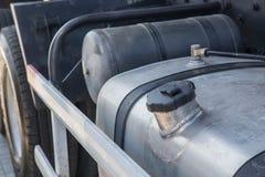 Brandstoftankwagen met deksel stock afbeelding