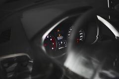 Brandstofverbruikthema Lege die tankindicator op autodashboard, in Rus wordt geschreven stock foto