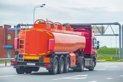 Brandstofvrachtwagen op de weg royalty-vrije stock afbeelding