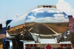 Brandstofvrachtwagen op de weg Royalty-vrije Stock Foto's