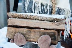 Brandträ och gammal yxa Förnybar resurs av a Royaltyfria Bilder
