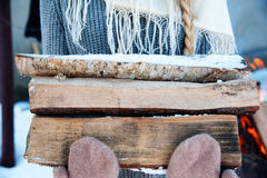 Brandträ och gammal yxa Förnybar resurs av en energi Arkivbilder