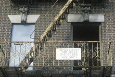 Brandtrap en flat voor huurteken, Zuiden Bronx, New York stock afbeeldingen