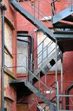 Brandtrap op een oude verlaten woonwijk Stock Foto's