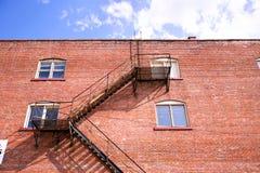 Brandtrapladder en brickwall Stock Fotografie