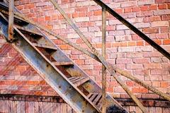 Brandtrapladder en brickwall Royalty-vrije Stock Foto's