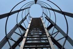 Brandtrapladder op een de bouwbureau, ijzertrap Stock Fotografie