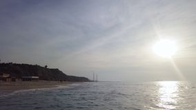 Brandung an der Küstenlinie des mediterrian Sandstrandes stock video