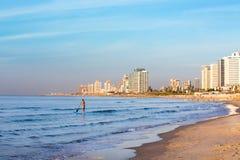 Brandung des jungen Mannes im Ufer von Telefon Aviv Israel, bei Sonnenuntergang Stockbild