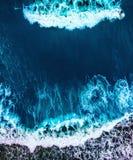 Brandung im blauen Wasser lizenzfreies stockfoto