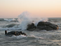Brandung im Ozean während des Sonnenuntergangs Lizenzfreie Stockfotografie