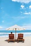 Brandung, Sand und Steine Feiertags-Ferien Entspannende Frau, Klappstühle Stockfoto