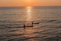 Brandung-Ski zwei Paddlers-Ozean-Morgen Stockbilder