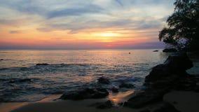 Brandung am Sonnenuntergangmeersand und Steine auf Insel Vietnam Phu Quoc stock video