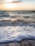 Brandung in Totem Meer in der Winterdämmerung Stockbilder