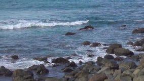 Brandung und felsige Küste stock footage