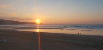 Brandung und Sonnenuntergang lizenzfreies stockbild