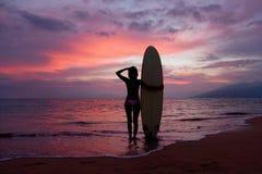 Brandungmädchen-Maui-Sonnenuntergang Lizenzfreie Stockfotos