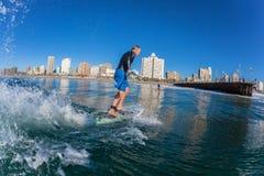 Brandungs-Reiter SUP anziehende Welle Durban lizenzfreie stockfotografie