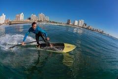 Brandungs-Reiter SUP surfende Welle Durban lizenzfreie stockfotos