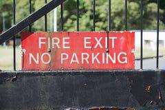 Brandutgång ingen svart för säker för arbetsplats för parkeringsteckeningång port bevakad röd brigad för station Royaltyfria Bilder