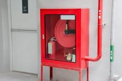 Brandutgångsdörren och brand släcker utrustning royaltyfria foton