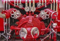 Brandutrustning på den gamla brandlastbilen Tappningbrandutrustning royaltyfria foton