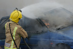 Brandvechter bij autobrand Royalty-vrije Stock Foto's