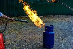 brandveiligheidstank in de fabriekspraktijk een brandoefening openluchtma Stock Afbeeldingen