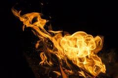 Brandvlam op zwarte achtergrond stock foto