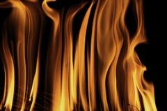 Brandvlammen bij donkere nacht Stock Foto