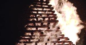 Brandvlammen en vonken in offerbrand Langzame die motie op zwarte, Dichte omhooggaand van 4K wordt geïsoleerd bewegingscamera omh stock video