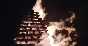 Brandvlammen en vonken in offerbrand langzame die motie op zwarte, 4K-versie 2 wordt geïsoleerd stock footage