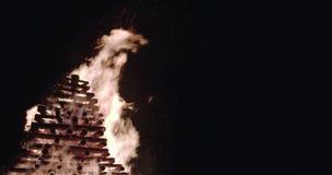 Brandvlammen en vonken in offerbrand langzame die motie op zwarte, 4K wordt geïsoleerd, midle schot stock video