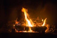 Brandvlammen met as in open haard stock afbeelding