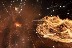 Brandvlammen met vonken op een zwarte achtergrond Stock Afbeeldingen