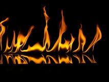 Brandvlammen op een zwarte achtergrond Royalty-vrije Stock Foto