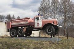 Brandvrachtwagen ac-40 op basis van chassis ZIL 157A dichtbij brandweerkazerne in de stad Kadnikov, Vologda-gebied, Rusland Stock Foto